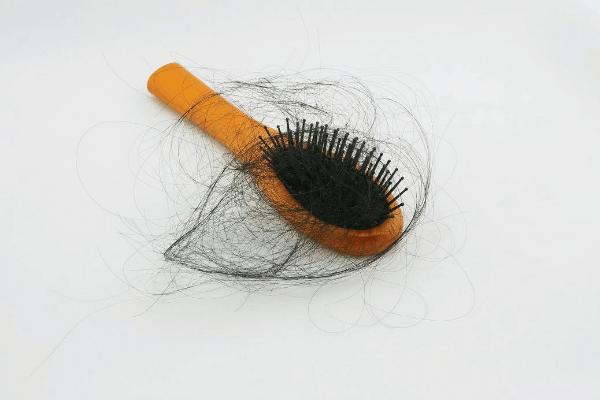 נשירת שיער על המסרק