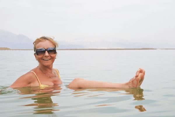 אשה בים המלח