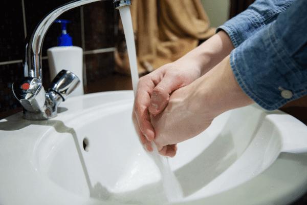 שוטפים ידיים בברז