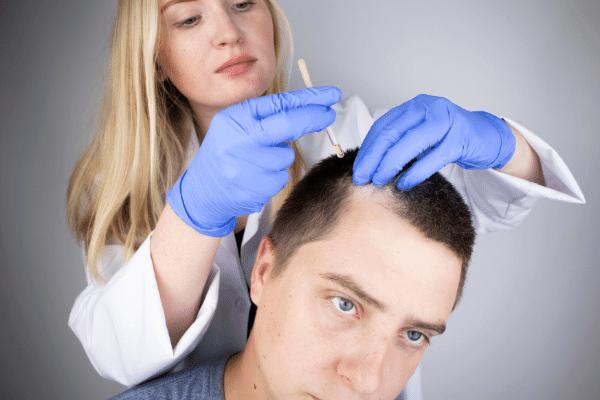 טיפול בשיער לגבר על ידי מטפלת