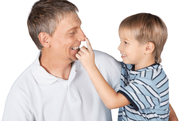 ילד נוגע לאבא שלו באף